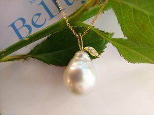 大粒の南洋真珠にゴールドの葉っぱをデザイン3粒のダイヤモンドが可愛い